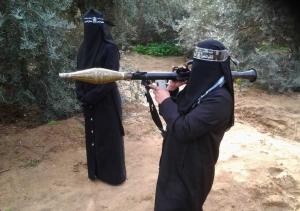 Eine Frau im Lager der Nasser-Eddin-Brigaden in Gaza trainiert mit einer Panzerfaust.