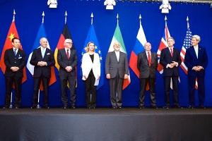 Ein glücklicher Augenblick für den Iran. Die Vertreter der 5+1-Gruppe posieren nach den Atomverhandlungen mit Irans Außenminister Javad Zarif. Lausanne, Schweiz, 2. April 2015. (Foto: U.S. State Department)