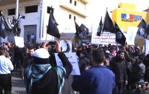 Flaggen des Islamischen Staats schwenkende Palästinenser versuchen im Januar 2015 das französische Kulturzentrum in Gaza Stadt zu stürmen. (Bildquelle: eban tv YouTube Screenshot)